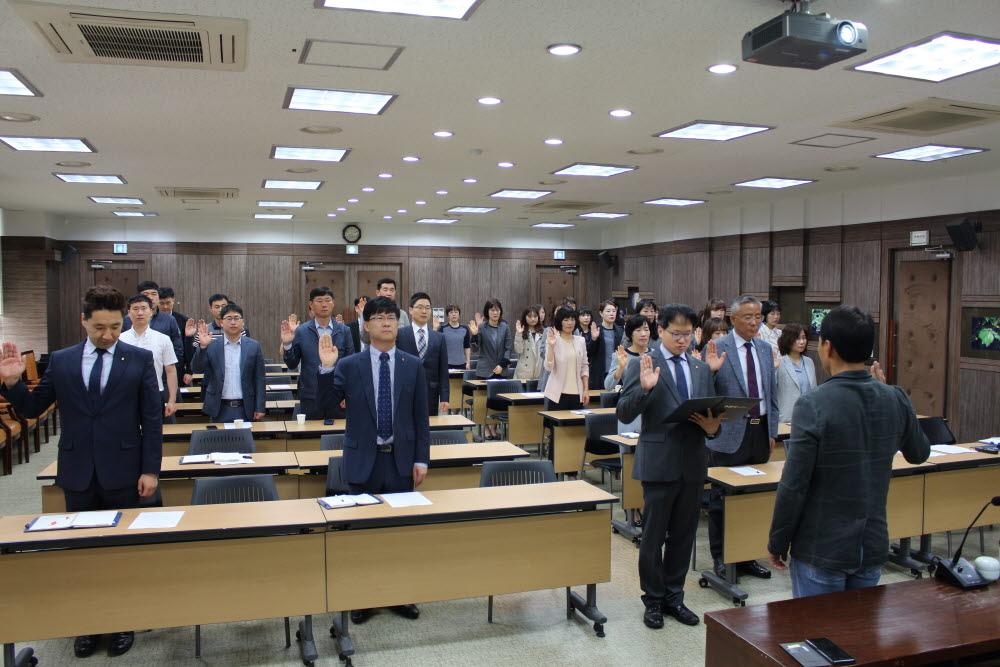 (19. 5. 13)직원회의 개최시 윤리경영 결의대회 낭독하는 모습.JPG